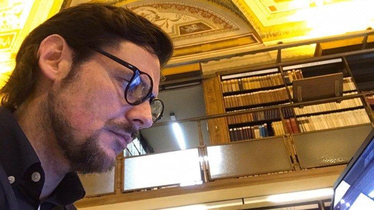 Filósofos do século XVII levam pesquisador brasileiro ao coração da biblioteca do Vaticano.